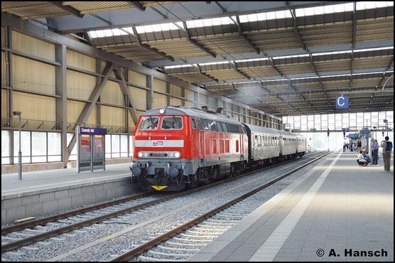 Am 9. September 2016 zieht die Maschine den DPE 61704 von Merseburg nach Marienberg. Dahinter verbirgt sich die MEG-Firmenausfahrt, die ich hier bei der Ausfahrt aus Chemnitz Hbf. abpasste