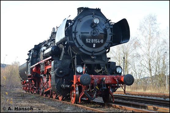Am 12. Dezember 2015 führt die Maschine einen Sonderzug nach Schwarzenberg. Im Zielbahnhof steht die Lok für einige Wartungsarbeiten am Rand