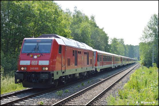 245 005-4 bringt am 11. Juni 2021 fünf Triebwagen der BR 628 von Chemnitz nach Karsdorf, wo diese abgestellt werden. Am Hp Chemnitz-Küchwald konnte die Fuhre wenigstens dokumentiert werden