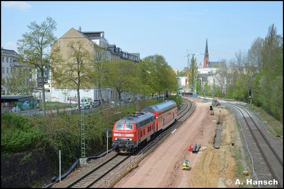 Als T 70731 zieht 218 414-1 am 24. April 2020 einen Doppelstockwagen von Görlitz nach München-Laim und durchstreift hier das Chemnitzer Stadtgebiet