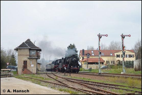In Deutschebora konnte die Lok am 13. April 2019 noch ein weiteres mal fotografiert werden. Mit Sdz Dresden - Nossen - Döbeln fährt die Lok langsam in den Bf. ein