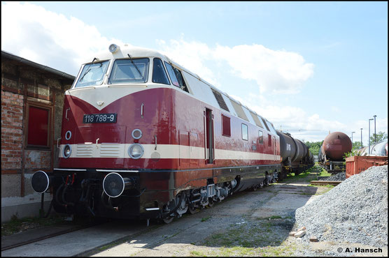 Mit DR-Beschilderung ist die Lok am 31. Juli 2021 im Bw Weimar ausgestellt