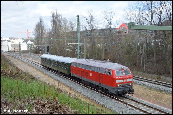 218 810-0 schleppt am 23. April 2021 einen Bn-Wagen der PRESS von Dresden gen Zwickau. Im Chemnitzer Stadtgebiet entstand ein Beweisbild der ungewöhnlichen Fuhre