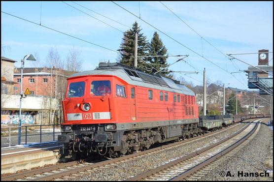 Im besten Licht donnert 232 347-5 am 6. Februar 2018 mit einem Militärleerzug aus Marienberg durch Chemnitz-Hilbersdorf Hp