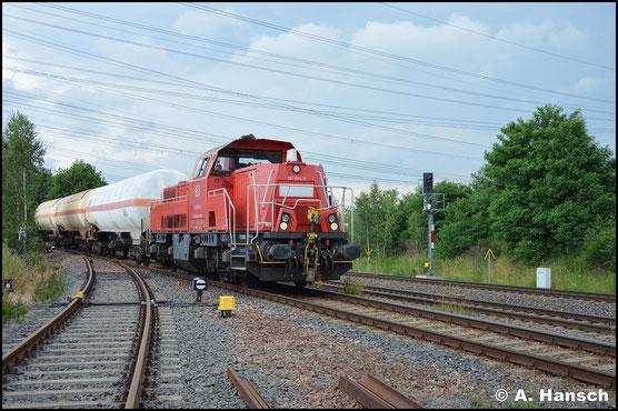 Am 28. Juni 2017 zieht 261 064-0 die Gaskesselübergabe aus Hartmannsdorf durch Wittgensdorf ob. Bf. Hier verlässt sie gerade das Anschlussgleis nach Hartmannsdorf
