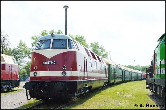 Die Lok trägt eine seltene Sparlackierung. Der untere Zierstreifen ist vorhanden, während die weiße Dachpartie nur die Lokfronten ziert. Die Seiten sind rot