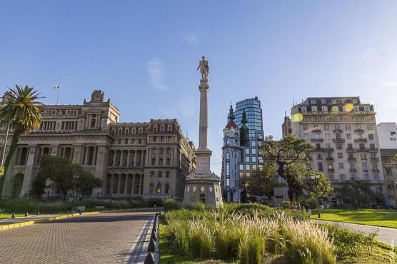 Auch die unmittelbare Umgebung des Teatro Colón ist sehenswert: Plaza Lavalle mit dem Obersten Gerichtshof, Juan-Lavalle-Denkmal & Mirador Massue