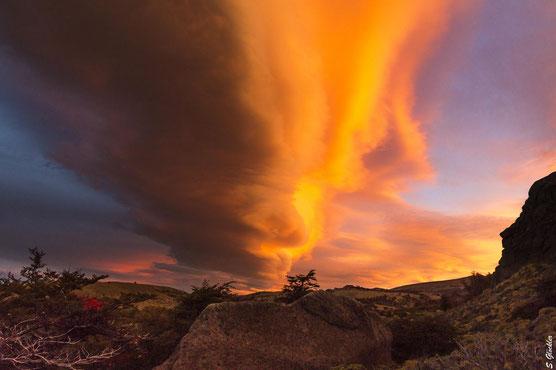 Wenn der Himmel brennt und der Wind Dich beim Fotografieren fast umhaut, dann weißt Du, dass Du in Patagonien bist.
