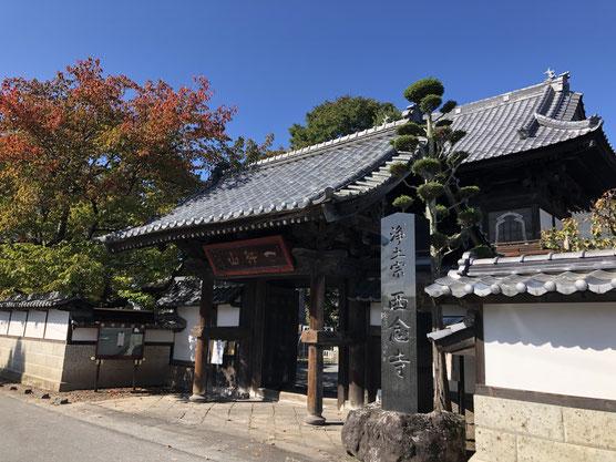 佐久市の岩村田商店街で雑用の合間、秋晴れの下の山門が晴れ晴れとして見えたので思わず撮影。