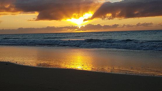 Am Strand von Jandia, ganz im Zeichen von Horus, hier steht eine Lichtsäule vor dem Leuchtturm