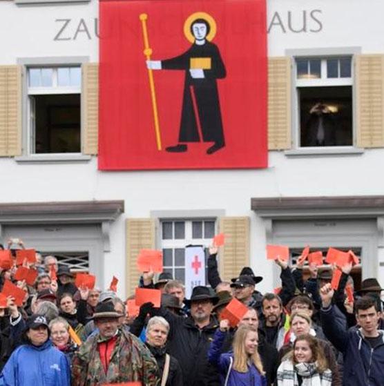 Allgegenwärtig ist der Sankt Fridli im Glarnerland. Hier an der Landsgemeinde an der Front des Zaunschulhauses. (Foto: Südostschweiz Glarus)
