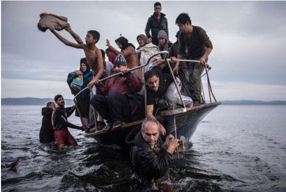 """Crédit photo : Sergey Ponomarev """"Arrivée de migrants au large de l'île grecque de Lesbos / 2015"""""""