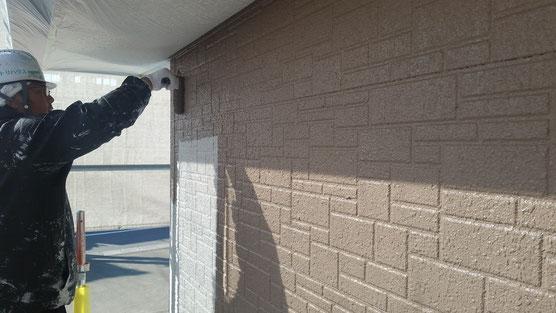 垂井町、関ヶ原町、養老町、大垣市、池田町、揖斐川町、春日村で外壁塗装工事中の外壁塗装工事専門店。垂井町で外壁塗装工事/外壁塗装工事の中塗り塗装作業中