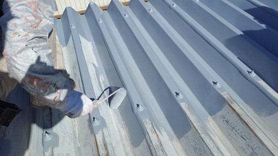 安八町、大垣市、輪之内町、羽島市、柳津町、穂積町、巣南町で屋根塗装工事中の屋根塗装工事専門店。神戸町西保で屋根塗装工事/サビ止め塗装作業中