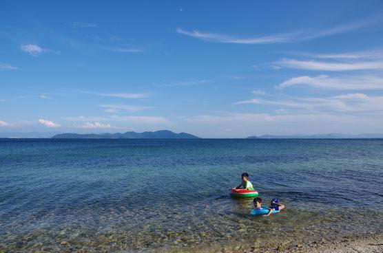 06号完成待ちのタイミングに、湖水浴。ちっとも琵琶湖で泳いでいなかったので、夏を取り戻すべく北湖西岸へ。浅瀬で楽しそうに泳ぐチビども