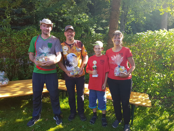 Die erfolgreichen Bogenschützen Albert, Ralph, Luca und Sonja