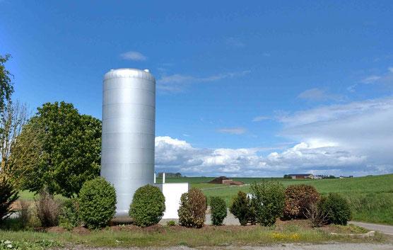 Heizzentrale, Mai 2021 (mit Biogasanlage im Hintergrund)
