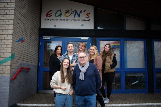 Egons Leute sind von links: Annika Schulze (Bufdi), Robin Reetz, Daniel Schaudienst, Dennis Krull, Ilka Papic, Ralf Macke. Es fehlen: Birte Dreyer und Jana Wachsmann.
