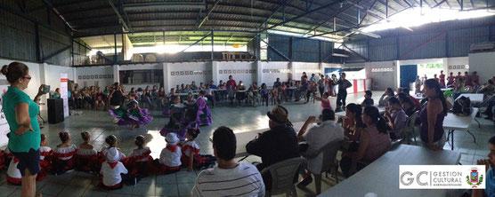 Presentación de grupos infantiles de bailes folclóricos.
