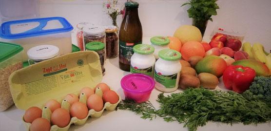Mein Einkauf: Grundnahrungsmittel und Butter aus dem Unverpacktladen, sowie lose Eier und Molkereiprodukte in Mehrweggläser und unverpacktes Obst, Gemüse und Kräuter aus dem Supermarkt bzw. aus dem Garten meiner Großeltern
