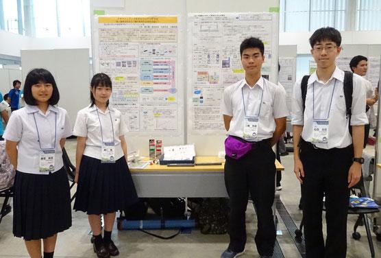 左から 春若純菜さん、瀬口薫さん、三輪珠嶺くん、松森友宏くん(全員3年)