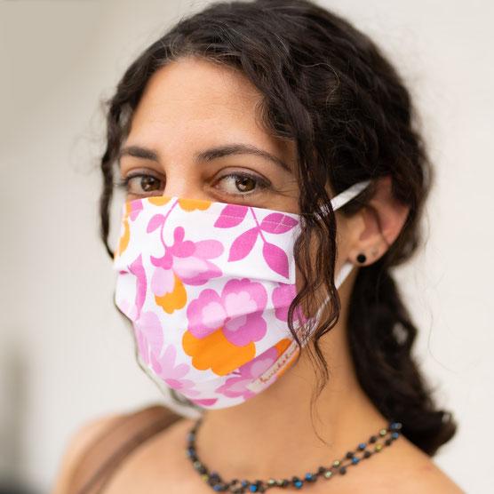 schöne Maske Corona Frau Einkauf Maskenpflicht Upcycling Stoffmaske