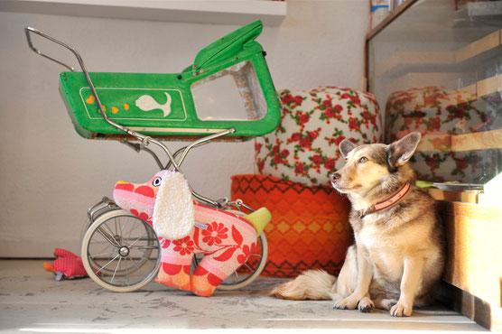 Hund Oskar aus Vintage Frottee Stoffen - das ideale Geschenk für jeden Tierfreund, handgefertigt vom Kuschelwerk