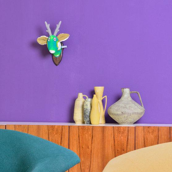 Wandtrophäe Ole im Wohnzimmer - stylische 70er Optik mit den Unikaten vom Kuschelwerk.