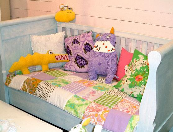 Handgefertigte Kissen, Decken und Beutel aus den Frottee Stoffen der 60er und 70er - stylische Originale vom Kuschelwerk.