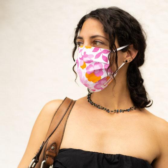 Stoffmaske schön Vintagestoffe junge Frau Einlauf Maskenpflicht