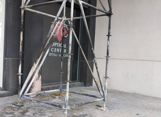 Pilar metálico que sostiene los andamios en una obra en Nou Campanar ocupados por indigentes en Valencia  quemado.