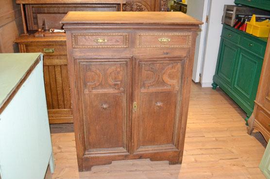 Auf dem Foto sieht man einen gebrauchte Vertiko, der bei Nouvelle-Antique aus Aachen verkauft wird.