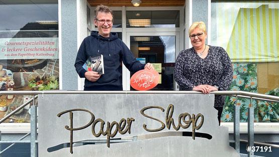 Foto: Roland Lange mit Marina Krieter vom Papershop Katlenburg