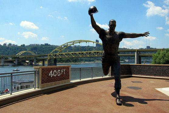 La statua dedicata a Bill Mazeroski presso il PNC Park di Pittsburgh