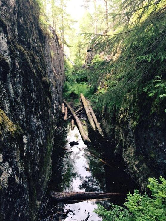 Diese Schlucht soll der Heilige Olav mit eigenen Händen in den Fels geschlagen haben, um sein Schiff auf die andere Seite zu bringen.