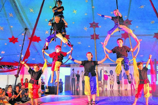 In luftigen Höhen, an dünnen Holzreifen und beinahe unterm Zeltdach zeigen die Akrobaten der Gemeinschaftsschule Mönchweiler am Freitagabend, was sie in der Projektwoche gelernt haben.  Bild: Bilder Putschbach