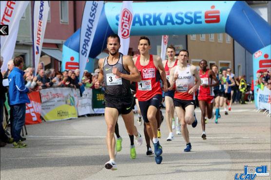 Andreas Vojta hinter Jakub Holusa bei der Attnaner Meile (Foto: Schweinsteiger/Veranstalter)