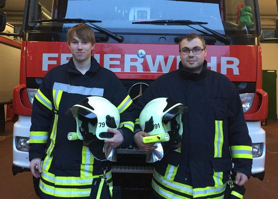 Niklas Rotter (l) und Jan Zander (r) haben den Grundlehrgang an der Kreisfeuerwehrschule in Hagenow bestanden. Bild: Feuerwehr Boizenburg