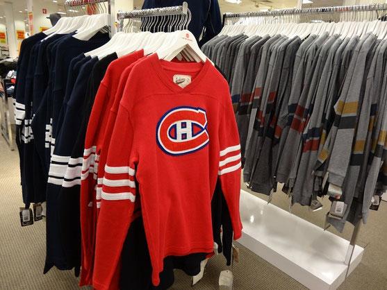 Ein Pullover mit dem Emblem der Montreal Canadiens in einem Geschäft in Toronto.