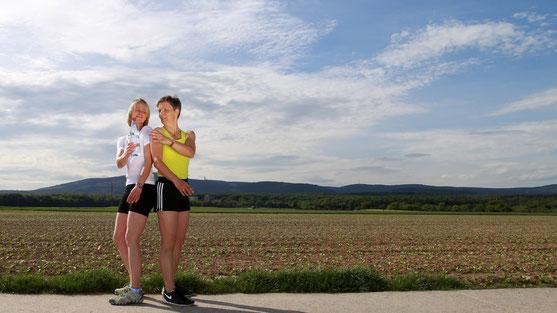 Fit werden - auch im Freien: Personaltrainer Michaela Köhler und eine Klientin im Feld zwischen Oberursel, Steinbach, Frankfurt, Hochtaunuskreis