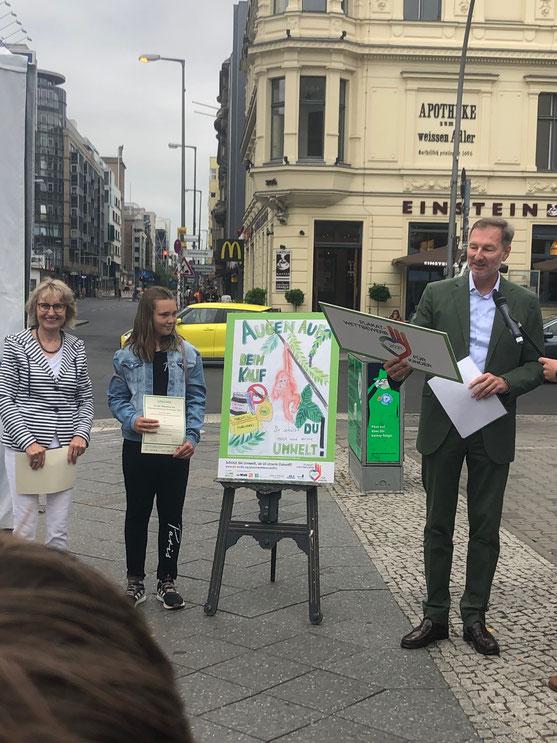 Lillys Siegerplakat! Der 3. Platz von mehr als  1700 eingereichten Bildern! Überreicht von dem Berliner Zoodirektor Andreas Knieriem.