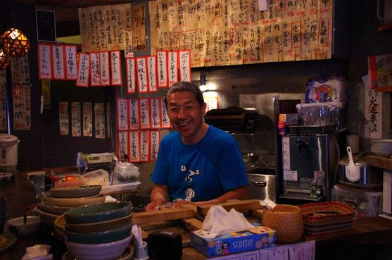京都大学の側、聖護院にある「屯風」に納品。こっちを見て微笑んでるのは店主の「とんぺーさん」。往年の「ほんやら洞」を、「ゴーダさん」と共に長らく存続させたもう一人の立役者です。「屯風」ではお魚もお肉もお酒も、良心的なお値段で楽しめます。とんぺーさんは、最近は落語家としても活動中!! 夕方5時からで、日曜はお休みです
