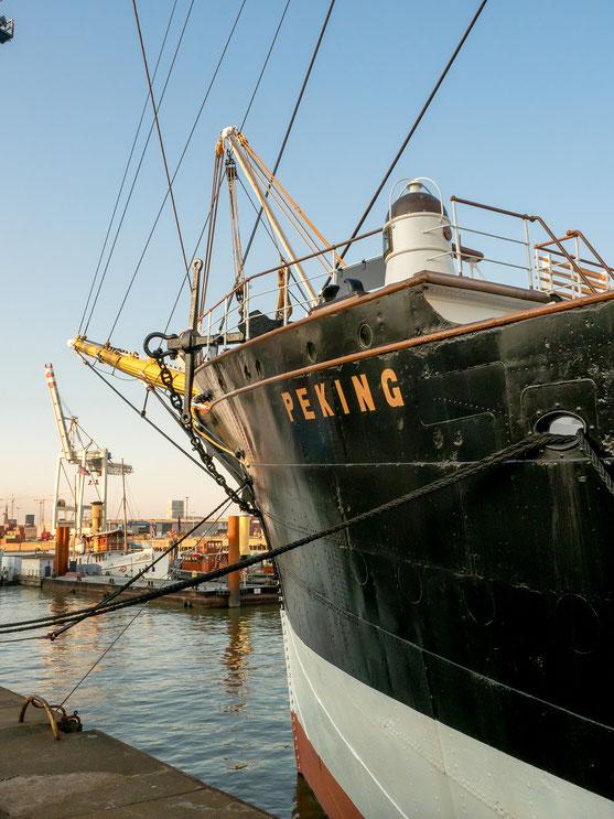 Segelschiff und Containerbrücke - Tradition und Moderne. Zu besichtigen in Hamburg.