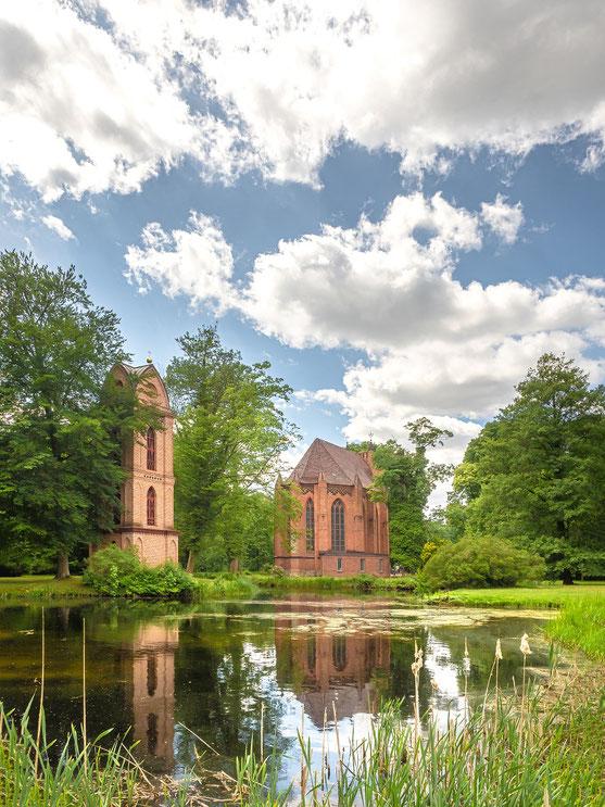 Die Kirche mit ihrem freistehenden Glockenturm.