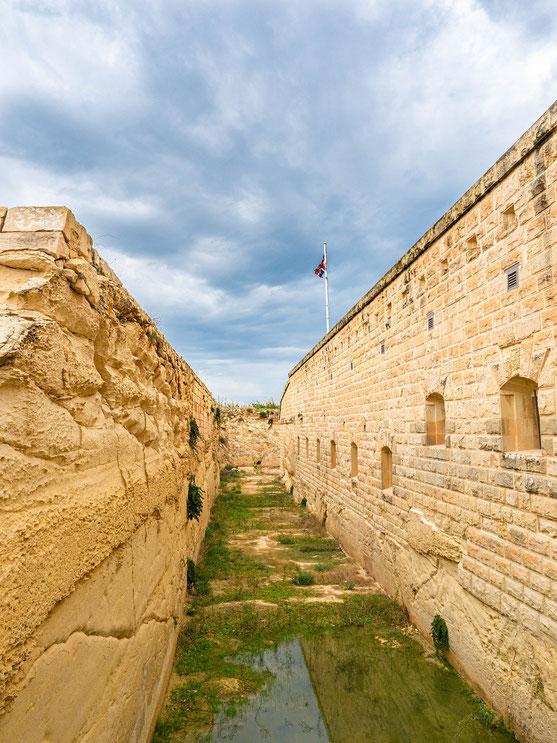 Der Eingang zu dem Fort war mit einem Wassergraben, der von einer Zugbrücke überbrückt werden konnte, gesichert.