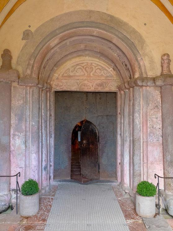 Der Kircheneingang. Bedingt durch die Türhöhe, muss sich jeder Besucher beim betreten der Kirche verneigen.