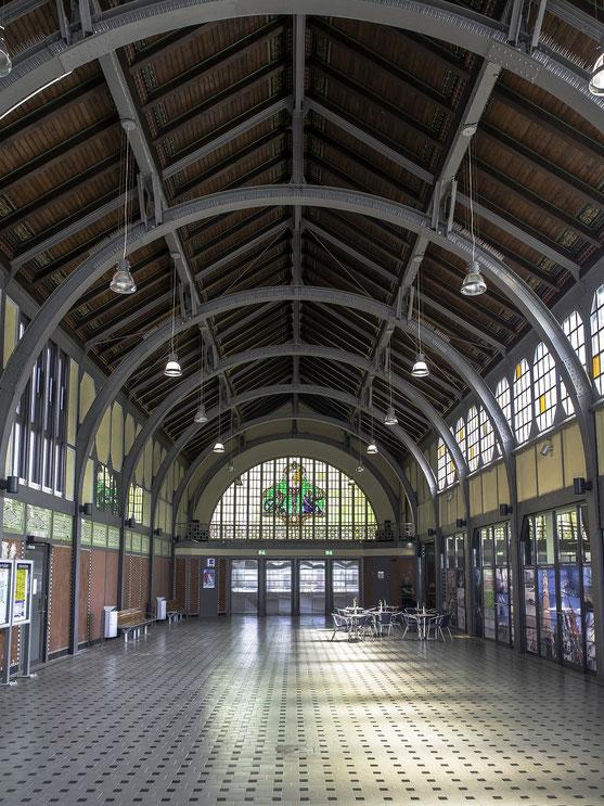 Wer in Travemünde eintrifft könnte am Bahnhof in Travemünde eintreffen und durch diese Bahnhofshalle die Stadt betreten.