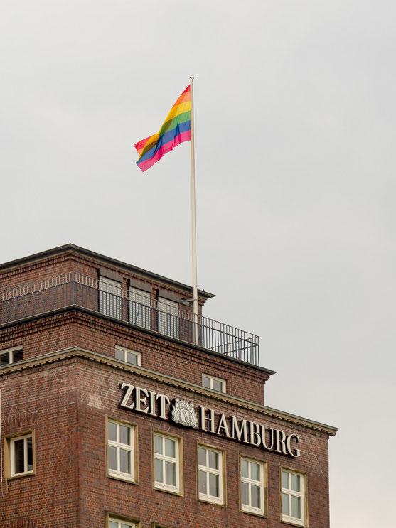 """Zum CSD wehten auf vielen Gebäuden die Regenbogenflagge. So auch am Rathaus, dem Hotel Atlantik und auch auf dem Helmut-Schmidt-Haus, dem Verlagsgebäude der """"ZEIT"""","""