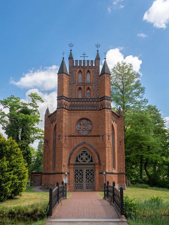 Dir im Schlosspark gelegene röm. kathol. Kirche, sie wurde für Gäste und am Hof arbeitende Künstler erbaut.