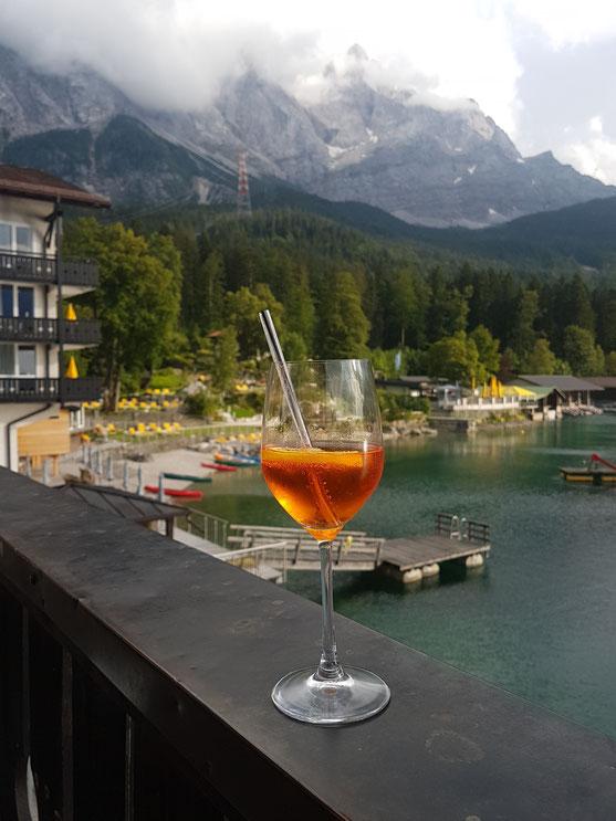 Aperitiv vor dem Abendessen auf der Hotelterasse mit Bergpanorama. Ich habe selten einen so gut gemachten Aperol - Spritz getrunken.